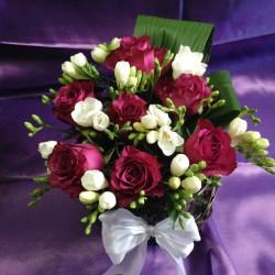 Aranjamente florale nunta trandafiri groz ciclam si frezii AN029 – 90 lei