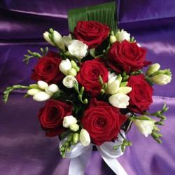 Aranjamente florale nunta trandafiri grena si frezii AN028 – 90 lei