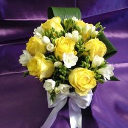 Aranjamente florale nunta trandafiri galbeni si frezii AN027 – 90 lei