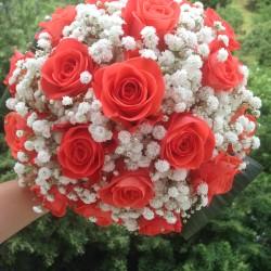 Buchete de nasa ieftine din trandafirir corai si floarea miresei