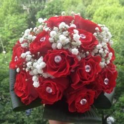 Buchete de mireasa ieftine din trandafiri rosii si gipsofila