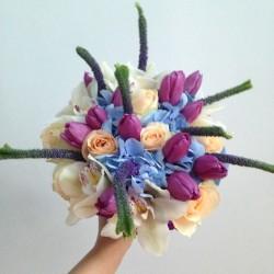 Buchete pentru mireasa si nasa lalele, orhidee cymbidium, veronica albastra, hortensie bleu si trandafiri