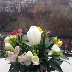Aranjament floral cadou cu frezii