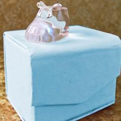 Marturii ieftine botez baieti C025S1B : botosel sticla – 3,5 x 2 cm – 4,5 lei/buc (pretul include cutiuta bleu)