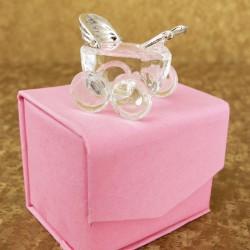 Marturii ieftine botez fete C1082P: carucior sticla – 6 x 5 cm – 5,6 lei/buc (pretul include cutiuta roz)