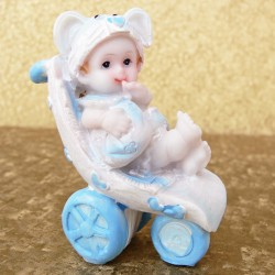 Marturii ieftine botez baieti CHB: bebe in carut bleu din ceramica – 7,5 x 5 cm – 4,3 lei/buc (la set sunt 2, comanda trebuie sa fie numar par)