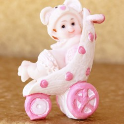 Marturii ieftine botez fetite CHR: bebe in carut roz din ceramica – 7,5 x 5 cm – 4,3 lei/buc (la set sunt 2, comanda trebuie sa fie numar par)