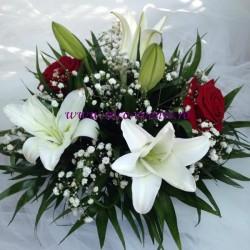 Aranjamente florale ieftine crini, floarea miresei si trandafiri AN021 – 65 lei