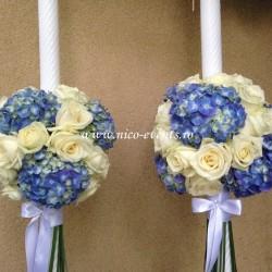 Lumanari nunta cu trandafiri albi si hortensie albastra LN017 – 799 lei/perechea