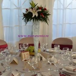 Aranjament floral nunta cu crini si miniroze pe vaza in alta 50 cm 65 lei