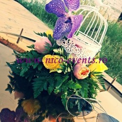 Aranjamente florale nunta cu 11 trandafiri, 1 cupa orhidee si feriga in colivie AN004 – 90 lei colivia este returnabila