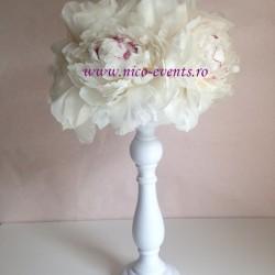 Aranjamente florale de primavara pentru nunta si botez Bucuresti pe sfesnic alb cu bujori AN024 – 60 lei