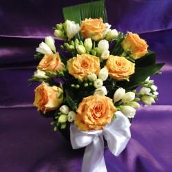 Aranjamente florale mese invitati nunta cu trandafiri si frezii AN16 90 lei