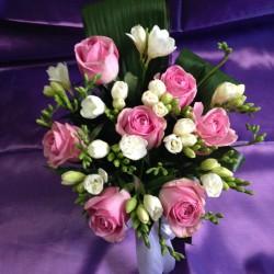 Aranjamente florale mese invitati nunta cu trandafiri si frezii AN015 90 lei