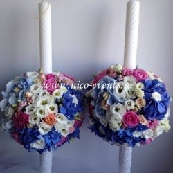 Lumanari nunta 1,2 m inaltime cu sfere flori realizate din hortensie albastra, lisantius alb, bouvardia roz, trandafiri roz aqua si miniroze piersicuta LN038 – 799 lei/perechea