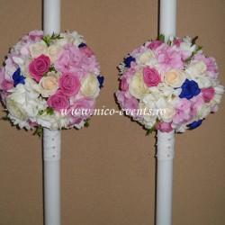 Lumanari nunta cu hortensie roz, trandafiri albastrii, trandafiri roz aqua, albi si crem si frezii albe LN030 – 849 lei/perechea