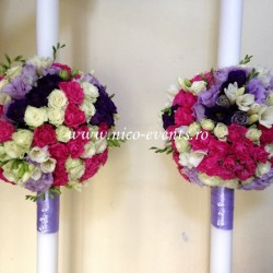 Lumanari nunta miniroze roz ciclam, miniroze albe, lisantius mov, lisantius lila si frezii albe LN029 – 799 lei/perechea