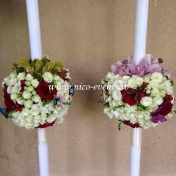 Lumanari cununie orhidee cymbidium, miniroze albe, trandafiri grena si frezii albe LN027 – 999 lei/perechea