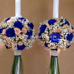 Lumanari nunta miniroze piersicuta, trandafiri albastrii si floarea miresei LN025 – 799 lei/perechea