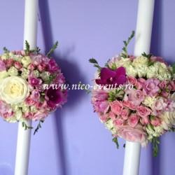 Lumanari nunta trandafiri roz, trandafiri albi, miniroze roz, miniroze albe, frezii roz si orhidee phalaenopsis roz LN024 – 849 lei/perechea