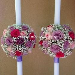 Lumanari nunta cu trandafiri lila memory lane, trandafiri roz ciclam, trandafiri roz pal si floarea miresei LN023 – 699 lei/perechea