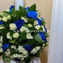 Lumanari nunta cu miniroze albe si trandafiri albastrii LN007 – 799 lei/perechea
