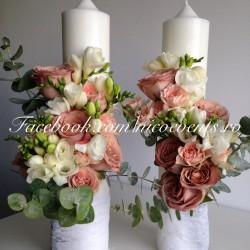 Lumanari cununie 40 cm inaltime cu trandafiri capucciono, frezii albe, miniroze piersicuta si eucalipt LN045 – 399 lei/perechea