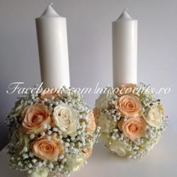 Lumanari cununie 30 cm cu trandafiri piersicuta, trandafiri albi si floarea miresei LN044 – 279 lei/perechea