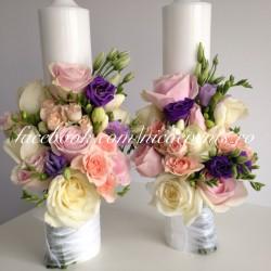 Lumanari cununie 40 cm inaltime cu trandafiri, miniroze, frezii si lisiantus LN043- 379 lei/perechea