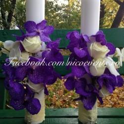 Lumanari cununie 50 cm inaltime cu orhidee vanda mov, trandafiri albi si cupe orhidee phalaenopsis LN042- 479 lei/perechea