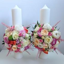 Lumanari cununie 40 cm inaltime cu astilbe roz, miniroze, santinii, trandafiri si lisantius LN059 – 489 lei/perechea