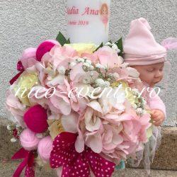 Lumanare botez cu hortesnie, trandafiri, gheme de mohair si fundite din crep satin accesorizata cu papusica Anne Geddes