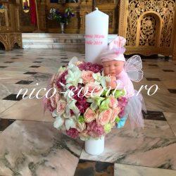 Lumanare botez fetita cu lisantius, orhidee si miniroze, accesorizata cu papusica zana Anne Geddes